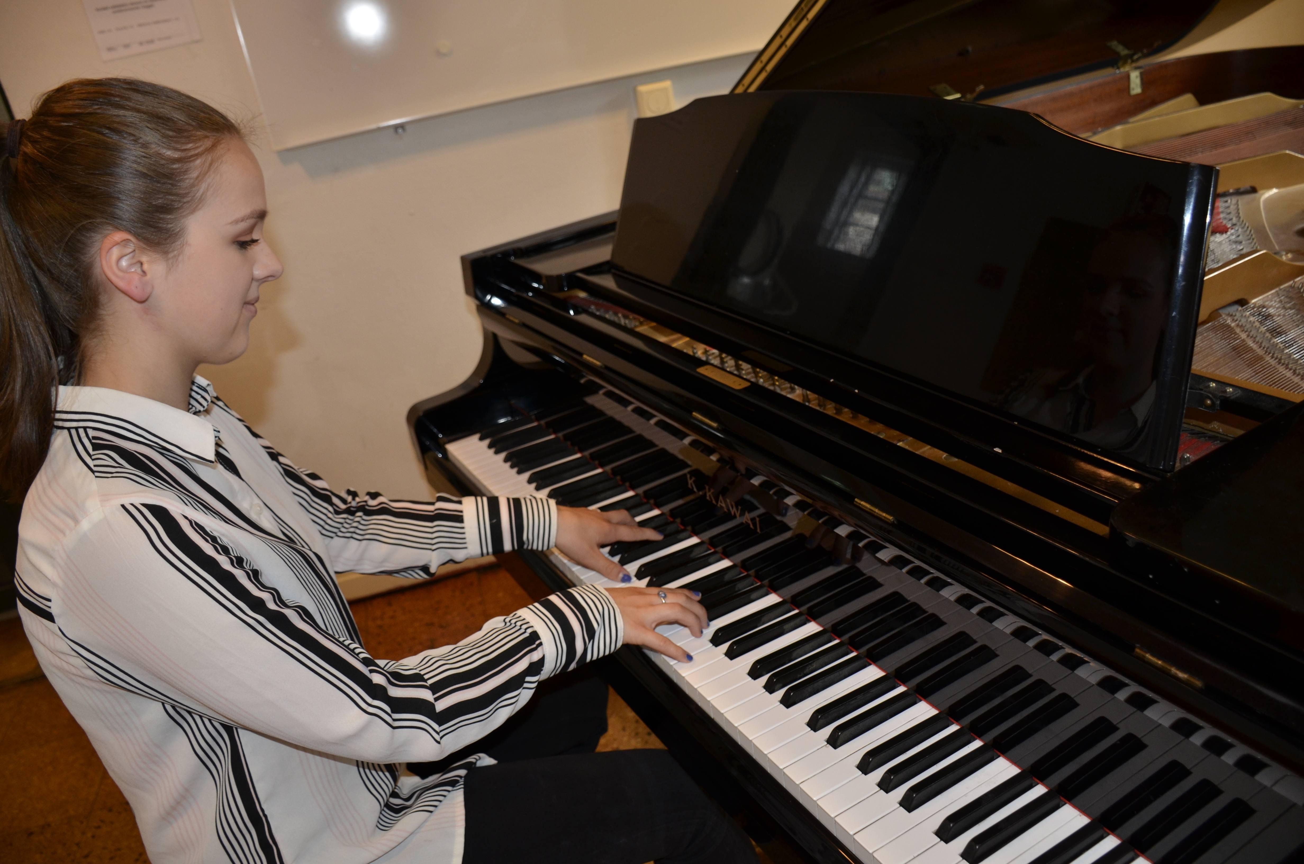 Foto: Jente som spiller piano